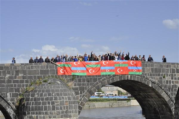 'oluler-ve-deliler'-azerbaycan'dan-once-ilk-kez-kars'ta-sahnelendi-(5).jpg
