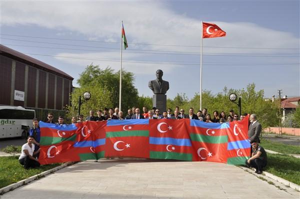 'oluler-ve-deliler'-azerbaycan'dan-once-ilk-kez-kars'ta-sahnelendi-(6).jpg