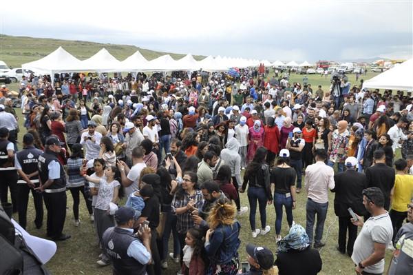 kars'ta-saganak-yagmur-altinda-festival-coskusu--(26).jpg