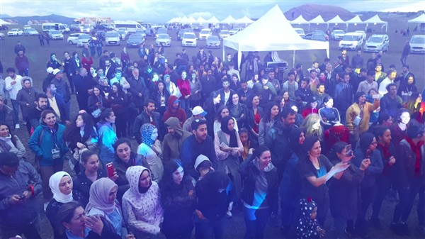 kars'ta-saganak-yagmur-altinda-festival-coskusu--(30).jpg