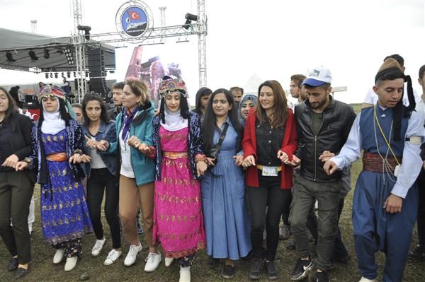 kars'ta-saganak-yagmur-altinda-festival-coskusu--(43).jpg