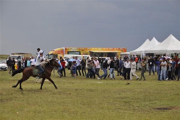 kars'ta-saganak-yagmur-altinda-festival-coskusu--(44).jpg