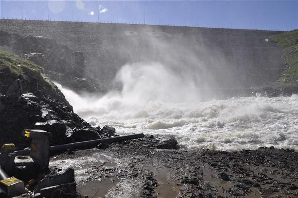 kars-barajinin-dipsavak-cikisi-gorenleri-buyuluyor-(3).jpg