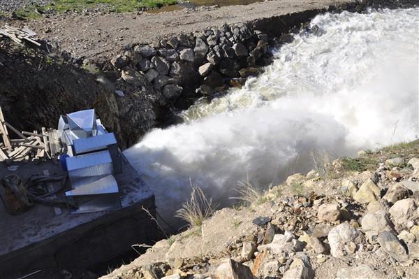 kars-barajinin-dipsavak-cikisi-gorenleri-buyuluyor-(4).jpg