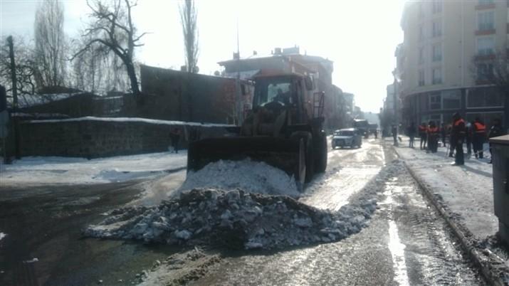 kars-belediyesi-karla-mucadeleye-devam-ediyor-(2).jpg