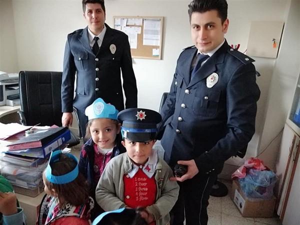 minik-ogrencilerden-polis-abilerine-kutlama-ziyareti.jpg