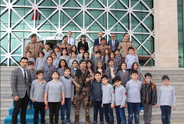 ogrenciler,-turk-polis-teskilatinin-174'ncu-kurulus-yildonumunu-kutladi-(2).jpg