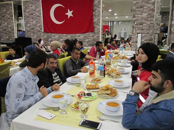 turk-kizilayi-kars-subesinden-dezavantajli-gruplara-iftar-(4)-002.jpg