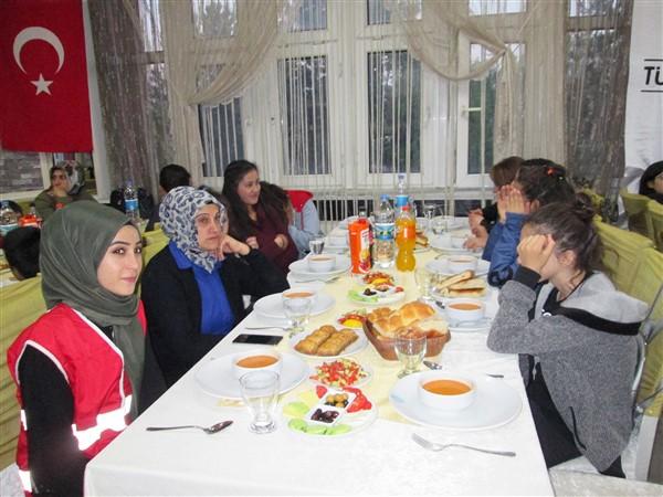 turk-kizilayi-kars-subesinden-dezavantajli-gruplara-iftar-(7).jpg