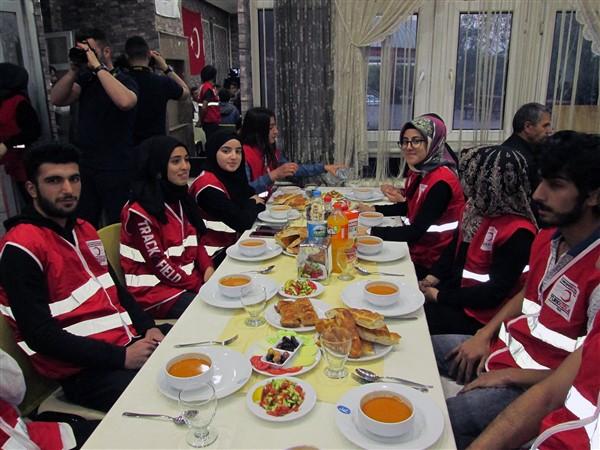 turk-kizilayi-kars-subesinden-dezavantajli-gruplara-iftar-(8).jpg