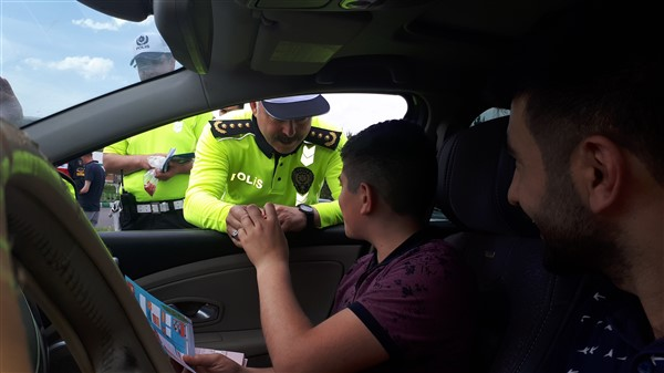 vali-oksuz-uygulama-yapan-polis-ve-jandarmaya-eslik-etti-(13).jpg