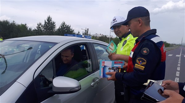 vali-oksuz-uygulama-yapan-polis-ve-jandarmaya-eslik-etti-(2).jpg
