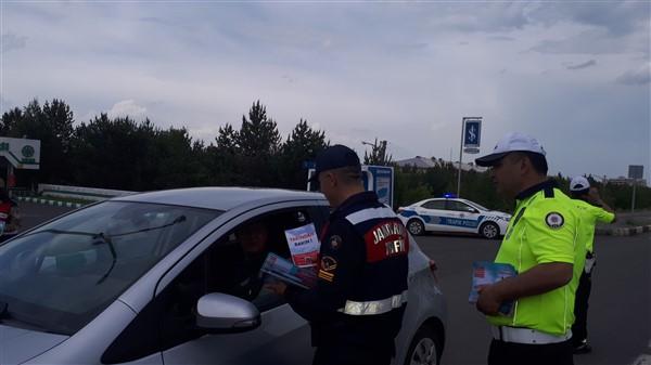 vali-oksuz-uygulama-yapan-polis-ve-jandarmaya-eslik-etti-(5).jpg
