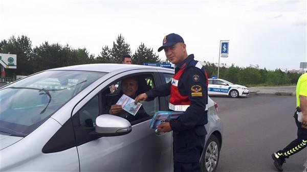 vali-oksuz-uygulama-yapan-polis-ve-jandarmaya-eslik-etti-(6).jpg